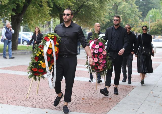 Стотици се стекоха на поклонението на Христо Сираков (СНИМКИ)
