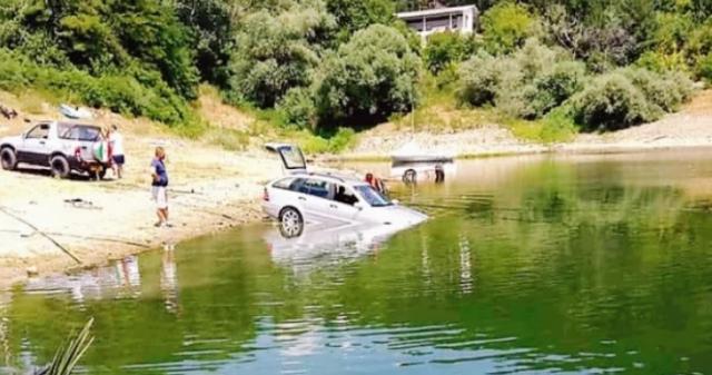 Мъж опита да измие колата си в яз.