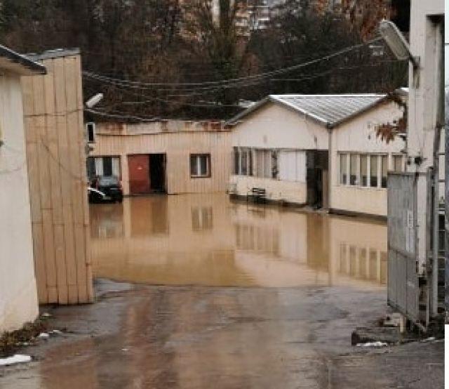 Сигнал към ФАКТИ: Евакуираха работници от фабрика в Своге (СНИМКИ)