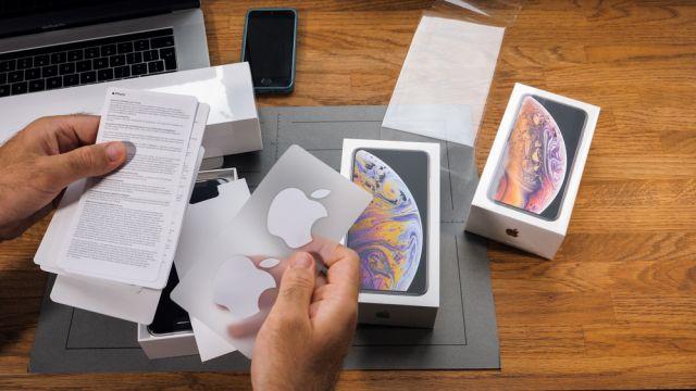 Знаете ли защо устройствата на Apple пристигат със стикери?