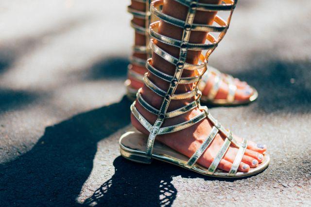 5 вида летни обувки, които издават провинциалистката