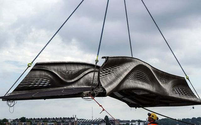 Първият в света мост от неръждаема стомана отпечатан на 3D-принтер бе инсталиран в Амстердам