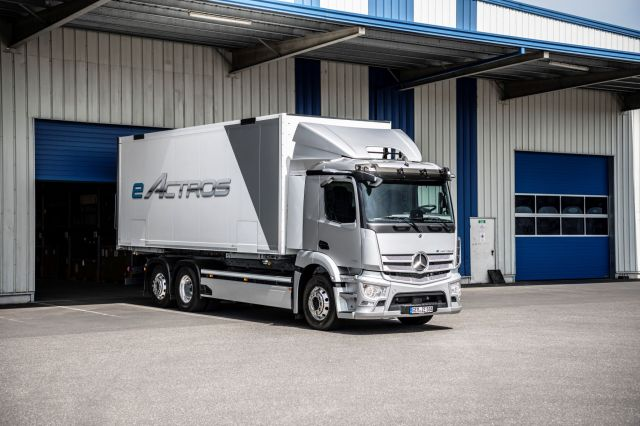 Нова ера при камионите: Mercedes извади eActros