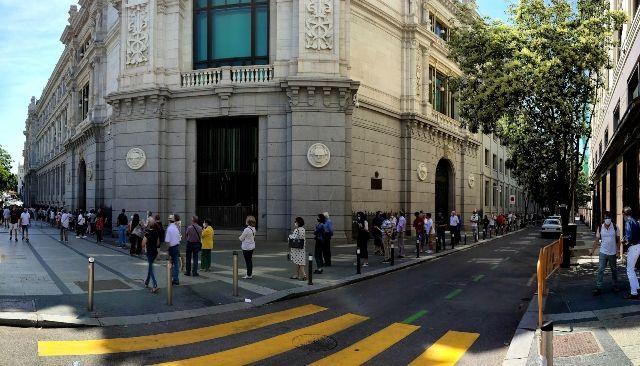 Огромни опашки се извиха пред испанските банки