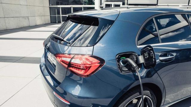 Докато другите залагат на електромобили, Mercedes вярва в хибридите