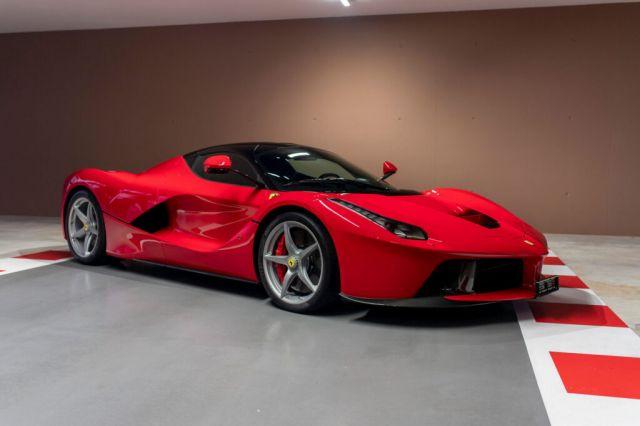 Шампионът от Формула 1 Фетел разпродава суперавтомобилите си