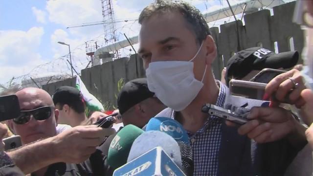 Пробив след арестите! Гражданите минаха през сарая на Доган и вече са на плажа (ОБНОВЕНА)
