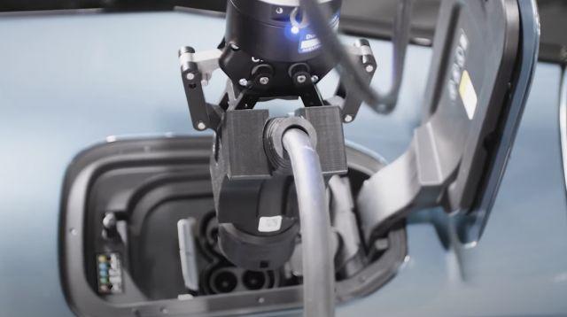 BMW iX се паркира, зарежда и измива без човешка намеса (ВИДЕО)