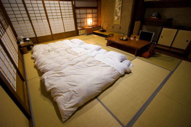 Защо да спите на пода, както японците