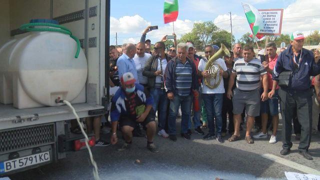 Фермери блокираха пътя София-Варна, запалиха вълна на шосето (СНИМКИ)