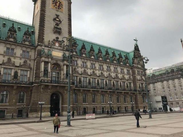Българин в Хамбург: Животът си тече! Пълни улици и младежи, които искат да се напият