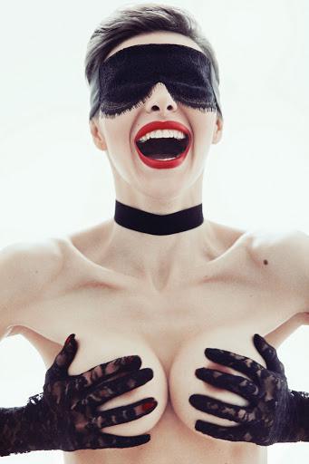 Известната кандидат-кметица на Момин проход - Диана Габровска грее от корицата на Playboy