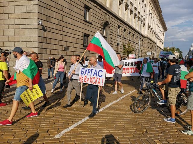Ден 8: Антиправителствено шествие в центъра на София (СНИМКИ)