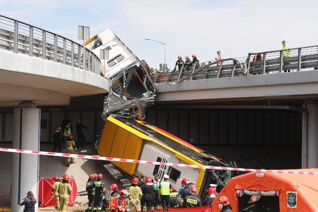 Трагедия във Варшава: Автобус падна от мост, разцепи се на две
