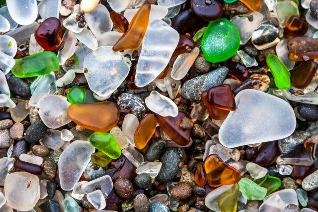Бивше съветско депо за бутилки от водка днес е един от най-цветните плажове