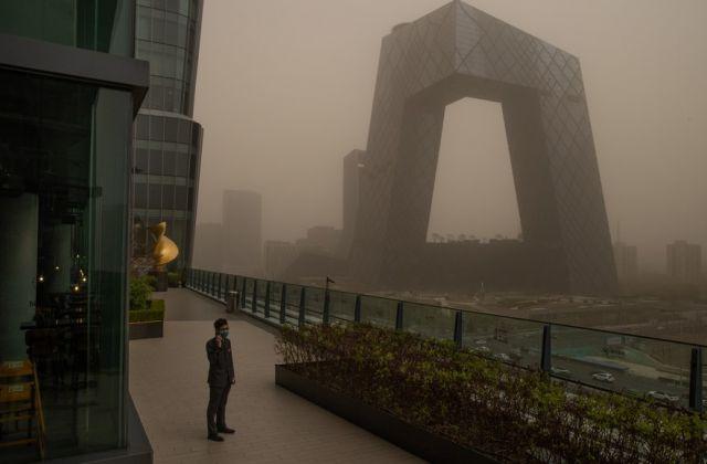Мегаполис е в капана на пясъчна буря (СНИМКИ)