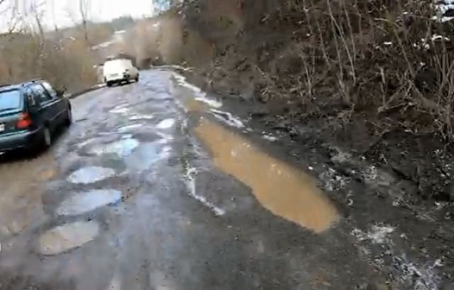 Сигнал към ФАКТИ: Ремонтират път след 40 години, асфалтът обаче се полага върху сняг