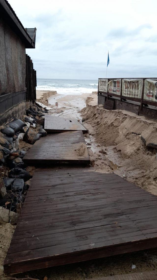 Проливните дъждове деформираха плажовете в Созопол и нанесоха сериозни щети (СНИМКИ) - 2