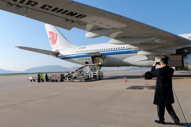 Китайска помощ от 18 тона медицински материали (СНИМКИ)