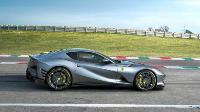 Снимки и подробности за невероятното ново Ferrari 812 Competizione