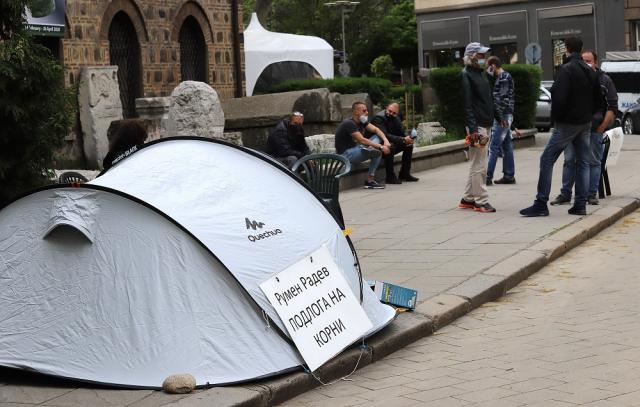 Протестиращи срещу Радев опънаха палатки пред президентството (СНИМКИ)