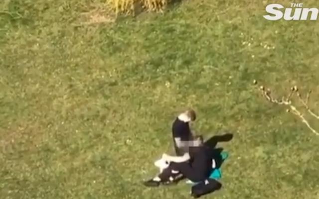 Загоряла двойка се награби насред парка въпреки ...