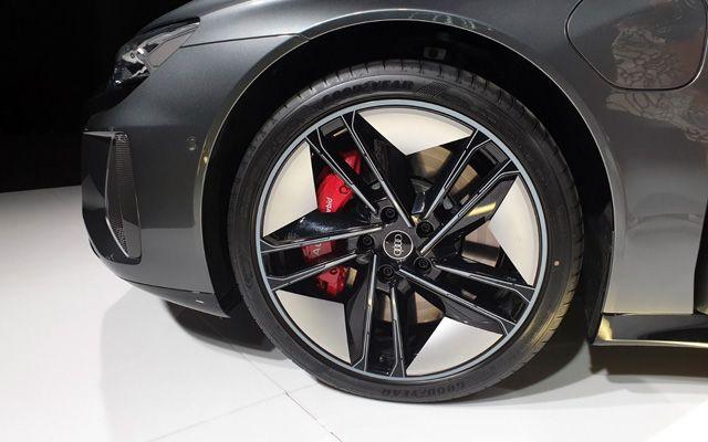 Audi представи в България най-мощната си кола... с цена от 360 000 лева!
