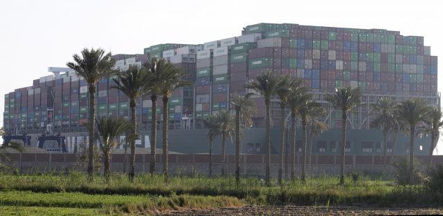 Продължават опитите да освободят 400-метровия контейнеровоз, блокирал Суецкия канал (СНИМКИ)