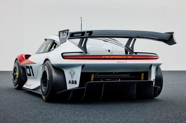 Porsche показа ел. състезателна кола с 1073 конски сили