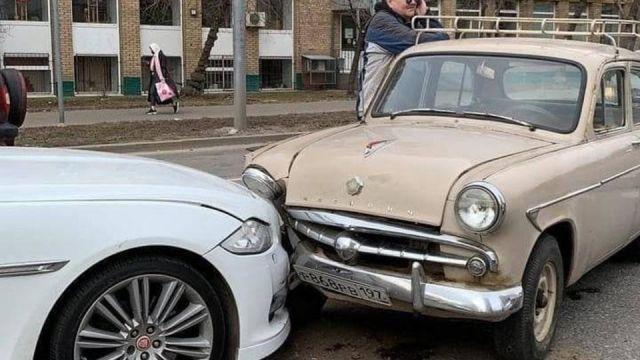 Сблъсък на епохите: Москвич попадна в катастрофа с Jaguar
