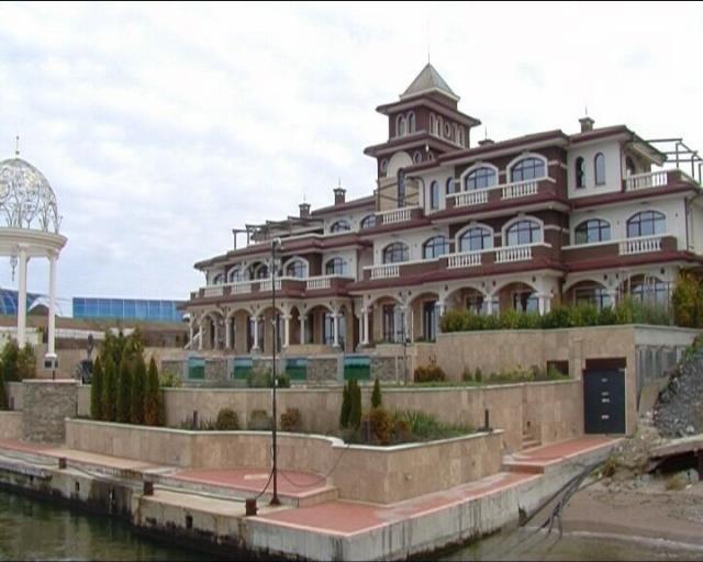Гори палатът на Ахмед Доган на Черноморието