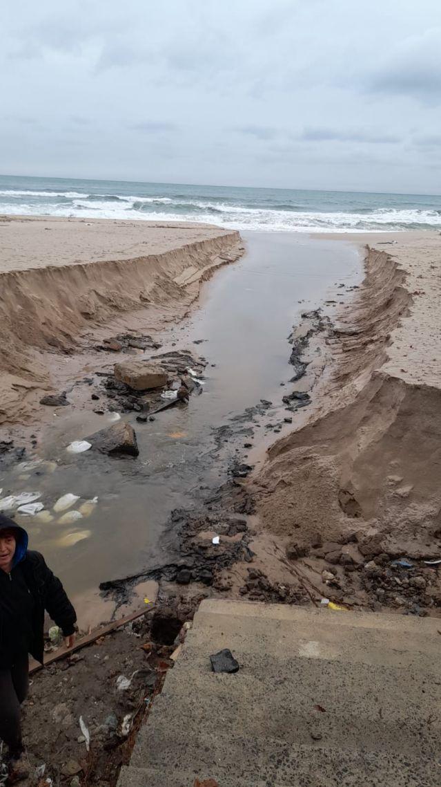 Проливните дъждове деформираха плажовете в Созопол и нанесоха сериозни щети (СНИМКИ) - 1