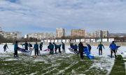 Футболисти и треньори в Черно море ринаха сняг (ВИДЕО)