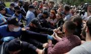 Граждани в защита на театър в Албания