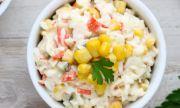 Рецепта за вечеря: Украинска салата с рулца от раци и царевица