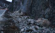 Паднали скали затрудняват движението през Искърското дефиле