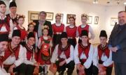 Самодейци дариха със сурвакница Вежди Рашидов