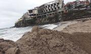 Багер продължава да копае на Централния плаж в Созопол