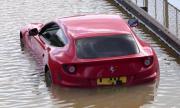 Ferrari FF закъса под мост на лондонското Околовръстно (ВИДЕО)