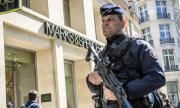 Тревога в Париж! Мол е евакуиран заради въоръжен мъж