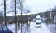 Бус с пътници попадна във воден капан в Дебелт