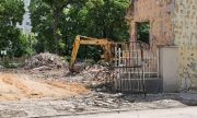 Събарят сграда в центъра на голям град