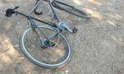 Дете с колело падна пред камион, борят се за живота му