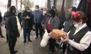 Посрещнаха с хляб и сол Ернестина Шинова и Красимир Каракачанов в Девня и Провадия