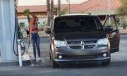 Как една жена зарежда на бензиностанция (ВИДЕО)