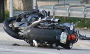 Мотоциклетист загина, врязвайки се в табела