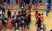 Мажоретки си спретнаха масов бой на баскетболен мач (ВИДЕО)