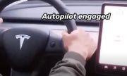 Блогър опита да вземе книжка с Tesla на автопилот (ВИДЕО)
