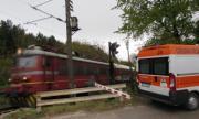 Влак отнесе кола, двама са тежко ранени