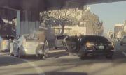 Камера на Tesla засне как крадци разбиват Toyota на светофар (ВИДЕО)
